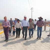 Oscar Murias entrega pavimento construido con adoquín reciclado