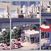Auto sale volando de un puente y cae sobre peatones
