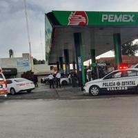 A punta de pistola ASALTAN gasolinera en Apizaco, logran huir