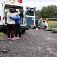 Ebrio conductor vuelca y atropella a dos personas en SPM, uno muere